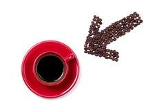 Pijl die aan rode koffiekop richten Stock Afbeelding