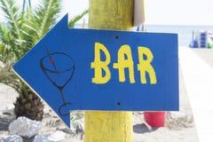 Pijl die op een bar op een bech wijzen royalty-vrije stock afbeeldingen