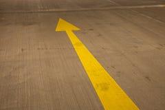 Pijl in parkeerterrein Stock Fotografie