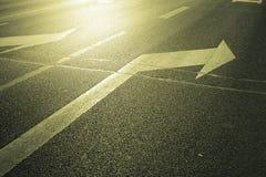 Pijl op de weg stock afbeelding