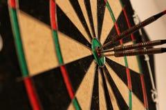 Pijlen die dartboard raken - close-up Royalty-vrije Stock Fotografie