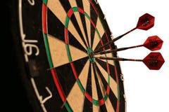 Pijlen die geïsoleerd dartboard raken - Stock Afbeeldingen