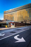 Pijlen op straat en een gebouw in Wilmington van de binnenstad, Delaware stock foto's