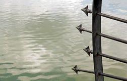 Pijlen van staal in het water worden getrokken dat Stock Foto