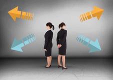 Pijlen in verschillende richtingen met Onderneemster die in tegenovergestelde richtingen kijken Stock Fotografie