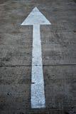 Pijlensymbool op straatachtergrond Royalty-vrije Stock Foto