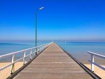 Pijler aan het overzees in de zomer stock fotografie