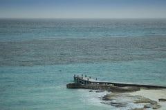 Pijler bij Caraïbisch strand Stock Afbeeldingen
