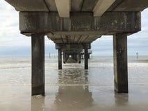 Pijler bij Duidelijk Waterstrand Stock Foto's