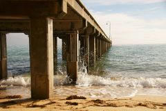 Pijler bij een strand in Australië royalty-vrije stock afbeelding