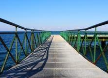 Pijler bij het overzees met groen traliewerk Stock Foto's