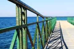 Pijler bij het overzees met groen traliewerk Royalty-vrije Stock Afbeeldingen