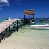Pijler bij het tropische strand met boten Stock Foto