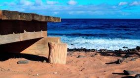 Pijler bij het zandige strand stock footage
