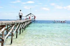 Pijler bij tropisch strand Stock Foto's
