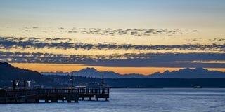 Pijler in de baai van Tacoma tegen een dramatische zonsondergang stock foto's