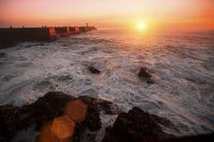 Pijler in de Oceaan, tijdens verbazende bloedige zonsondergang nave Royalty-vrije Stock Afbeeldingen