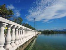 Pijler dichtbij het meer Royalty-vrije Stock Foto's