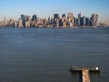 Pijler die naar Manhattan kijken stock foto