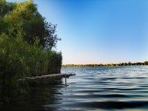 Pijler in het meer royalty-vrije stock afbeeldingen