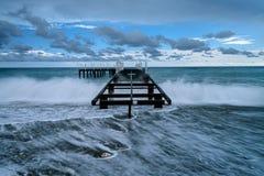 Pijler in het stormachtige overzees stock afbeelding