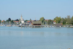 Pijler, jachthaven en gebouwen bij Chiemsee-meer in Duitsland Royalty-vrije Stock Afbeelding