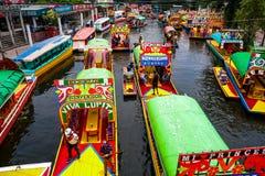 Pijler met gekleurde boten royalty-vrije stock fotografie