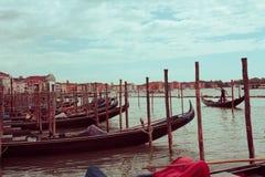 Pijler met gondels Venetië, Italië Stock Foto's