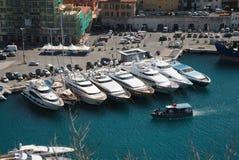 Pijler met hierboven boten in de haven van Nice, mening van Royalty-vrije Stock Foto's