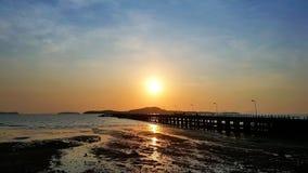 Pijler met mooie zonsopgang in Thailand royalty-vrije stock afbeelding
