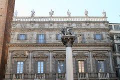 Pijler met standbeeld van leeuw met vleugels in Verona Royalty-vrije Stock Afbeelding