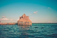 Pijler met wolken en blauw water in Laguna Bacalar, Chetumal, royalty-vrije stock afbeeldingen