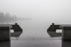 Pijler in mist op Meer Stock Afbeelding