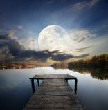 Pijler onder maan stock afbeeldingen