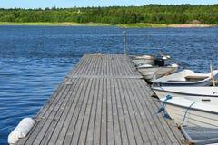Pijler op blauw meer Stock Fotografie