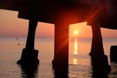 Pijler op de oceaan bij zonsopgang Stock Afbeeldingen