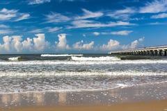 Pijler op de Oostzee, Palanga, Litouwen Wolken in het overzees worden weerspiegeld die royalty-vrije stock afbeeldingen
