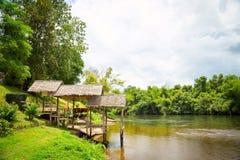 Pijler op de rivierbank Royalty-vrije Stock Foto's