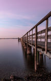 Pijler op een meer bij zonsondergang Stock Fotografie
