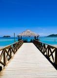 Pijler op een tropisch strand stock afbeelding