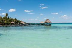 Pijler op het meer in Bacalar, Mexico Stock Foto's