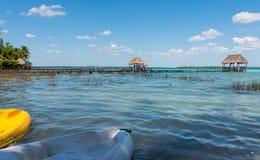 Pijler op het meer in Bacalar, Mexico Royalty-vrije Stock Foto's