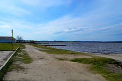 Pijler op het meer met mooie hemel Royalty-vrije Stock Foto's