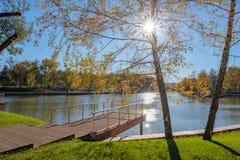 Pijler op het meer Mooie de herfst zonnige dag, glanzen de stralen van de zon door het gebladerte van de boom royalty-vrije stock foto's