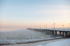 Pijler, pier op de overzees-ijs-ijsschol. Polen, Gdynia royalty-vrije stock fotografie