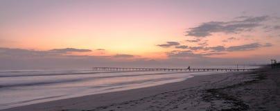 Pijler/pier, playa DE muro, zonsopgang over bergen op afgezonderd strand, alcudia, Mallorca, Spanje stock foto's