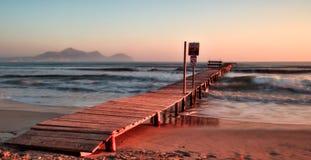 Pijler/pierplaya DE muro, alcudia, zonsopgang, bergen, afgezonderd strand, Mallorca, Spanje royalty-vrije stock afbeeldingen