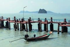 Pijler, vissersboot en eilanden Royalty-vrije Stock Foto's