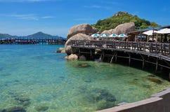 Pijler voor boten tussen de rotsen op het tropische eiland royalty-vrije stock fotografie
