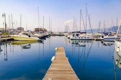 Pijler, zeilboten en jachten bij jachthaven in Triest-haven royalty-vrije stock fotografie
